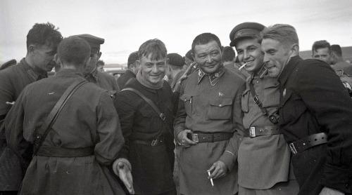 Khalkhin-Gol-Soviet-pilots-Choibalsan-bw