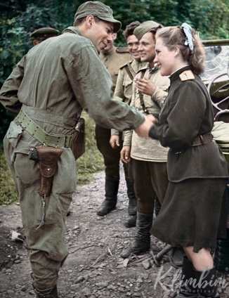 American-soldier-meeting-a-female-Russian-officer-Seoul-1945-web.jpg