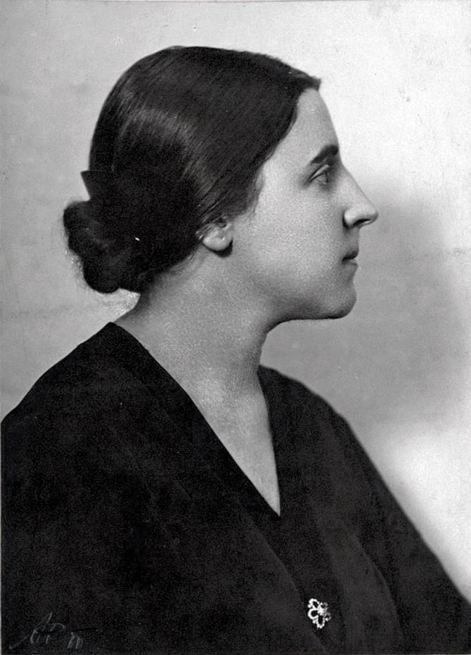 Nadezhda-Alliluyeva-Stalin's-wife-bw.jpg